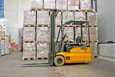 sala parto: Giallo Fork Lifter camion e merci scatole  Archivio Fotografico