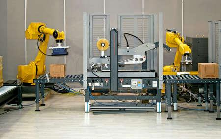 mano robotica: Dos manos rob�ticas trabajo simult�neo en l�nea de envasado  Foto de archivo