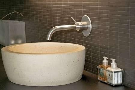 lavabo salle de bain: Minimalism style salle de bain lavabo robinet et de l'argent Banque d'images