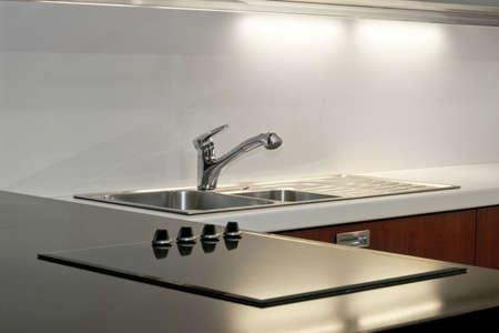 wealthy lifestyle: Nuovo minimalismo da cucina con riflessi di luce