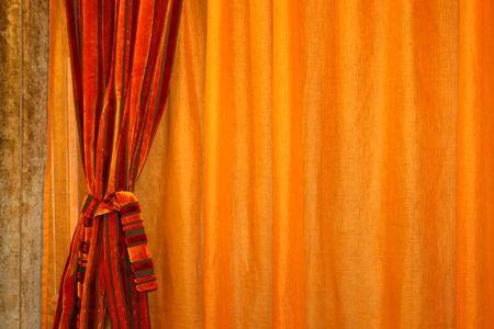 cortinas rojas: Orange con cortinas rojas cortinas hechas de terciopelo  Foto de archivo