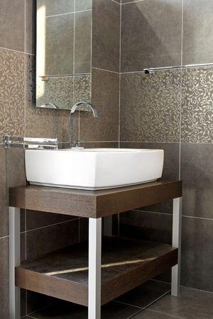 toilet sink: Interior de ba�o de estilo oscuro con detalles de madera