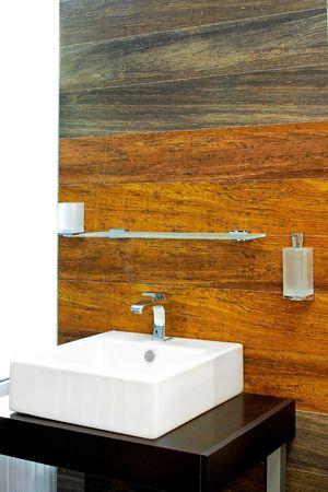 toilet sink: Tiro interior de cuarto de ba�o con pared de madera de azulejos y baldosas  Foto de archivo