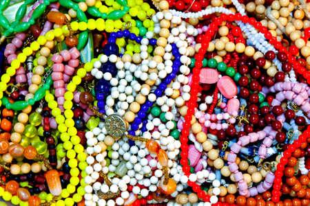 collares: Fondo interesante con pila de joyas retro  Foto de archivo