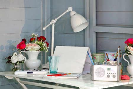 messy desk: L�o creativo sobre un escritorio de madera blanco