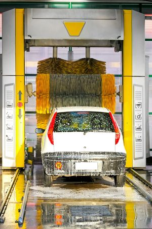 auto lavado: Pinceles grandes scrubbing el coche en carwash autom�tica  Foto de archivo