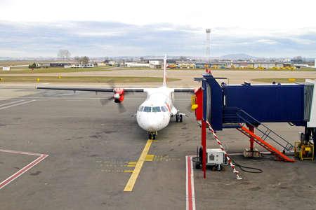 regional: Regional turbo prop avi�n en el aeropuerto de la base