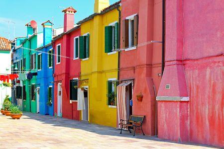 colourful houses: Calle antigua de Mediterr�neo retro con coloridas casas