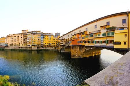 ponte vecchio: Famous Ponte Vecchio bridge over river Arno in Florence