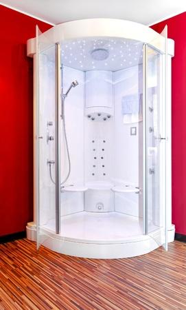cabine de douche: Cabine de douche moderne et big au coin de la salle de bains