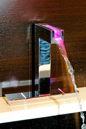 bathroom faucet: Grifo del ba�o contempor�neo con temperatura luz LED  Foto de archivo
