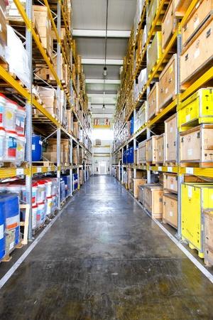 warehouse interior: Corridoio con grandi scaffali nel magazzino di distribuzione  Archivio Fotografico