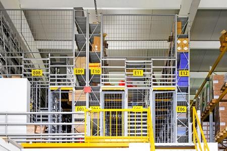 warehouse interior: Magazzino interno con gabbia di sicurezza, camere
