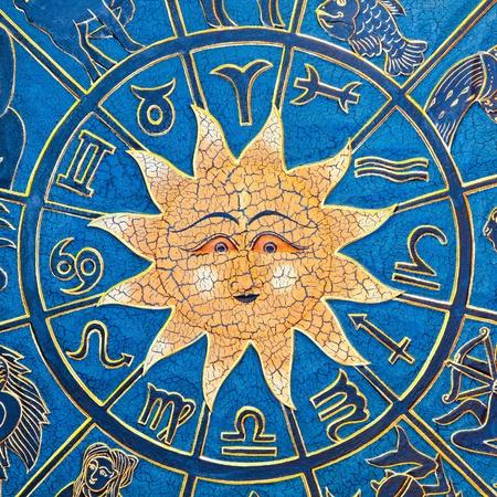 aries: Segni zodiacali in cerchio con sole dorato  Archivio Fotografico