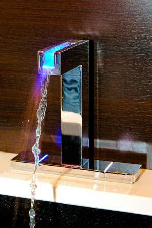 llave de agua: Grifo azul con luz LED para indicaci�n de temperatura de agua fr�a   Foto de archivo