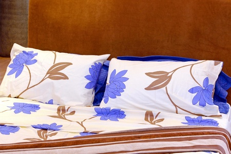 Sábanas de algodón con diseño de patrones florales en la cama Foto de archivo - 8646798