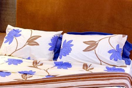 S�banas de algod�n con dise�o de patrones florales en la cama Foto de archivo - 8646798