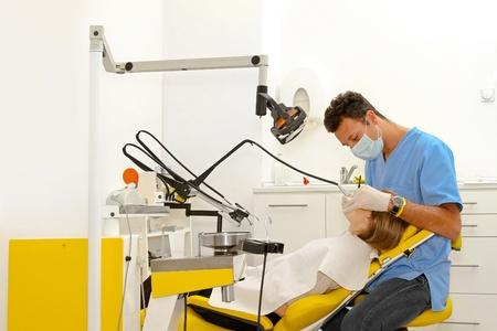 interventie: Tandarts en vrouwelijke patiënt bij tandheelkundige kantoor