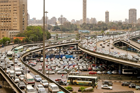 flyover: CAIRO, Egypte - FEBRUAR 25: Cairo verkeersopstopping op februari 25, 2010. Vervoer samenvouwen op belangrijkste kruising in Cairo, Egypte.
