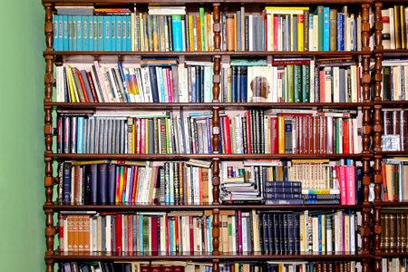 sachant lire et �crire: Beaucoup de livres en plateau au domicile Biblioth�que 17.03.2009 Belgrade en Serbie