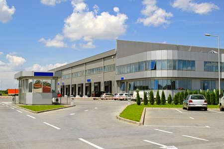 edificio industrial: Entrada de puerta de enlace a gran almac�n industrial plata  Foto de archivo