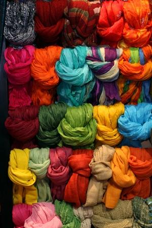bufandas: Colorida exhibici�n con mont�n de pa�uelos ajustados Foto de archivo