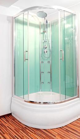 cabine de douche: Cabine de douche avec portes de verre vert dans le coin  Banque d'images