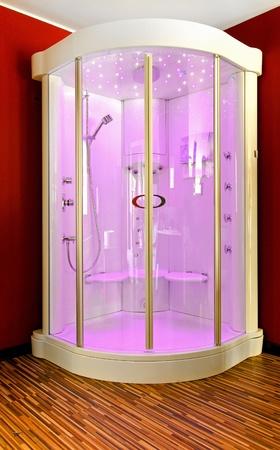 duschkabine: Gro�e Duschkabine in Bad-Ecke mit rosa Licht
