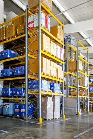 warehouse interior: Magazzino con materiale chimico in lattine e barili