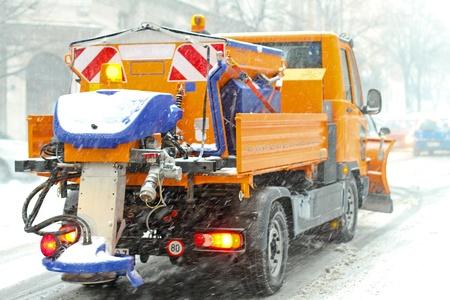 grinta: Neve aratro camion con sale e grana spalmatore