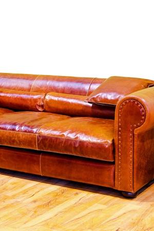 brown leather sofa: Vecchio divano in pelle marrone in stile classico