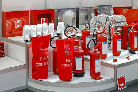 borne fontaine: Tuyaux d'incendie et les extincteurs bornes en rouge Banque d'images