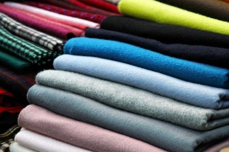 sciarpe: Mucchio di sciarpe colorate pashmina disposti ordinatamente  Archivio Fotografico