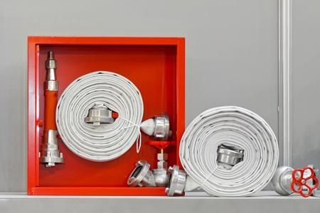 borne fontaine: Hydrant avec des tuyaux d'eau et de pompiers ? ?teindre l'?quipement