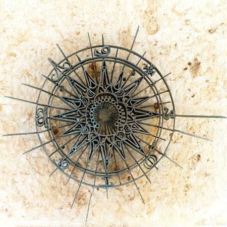 puntos cardinales: Decoraci�n de los puntos cardinales a partir de hierro viejo Foto de archivo