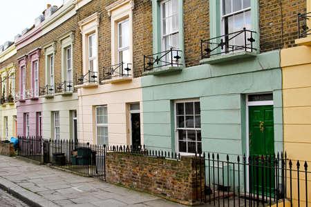 colourful houses: Casas de colores en fila en Camden Town de Londres