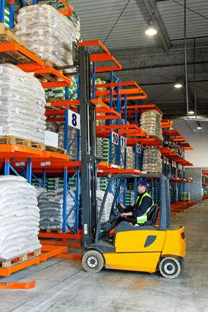 carretillas almacen: Mercancías con montacargas en almacén de distribución de carga