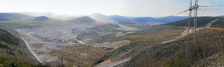paesaggio industriale: Sito di scavo di miniera di carbone in Montenegro Pljevlja