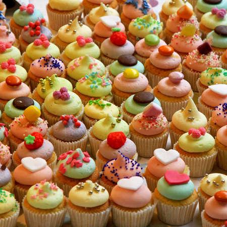 süssigkeiten: Reihe von lecker bunten cupcakes