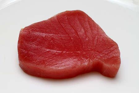 atun: Lomo de atún fresco y crudo en placa Foto de archivo
