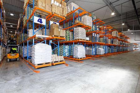 warehouse interior: Magazzino interno grande con carrello elevatore in fila Archivio Fotografico