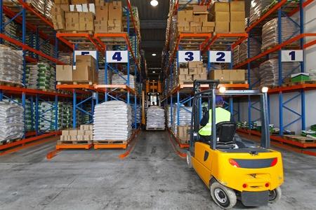 carretillas almacen: Controlador de montacargas manejo de bienes en el almacén de distribución