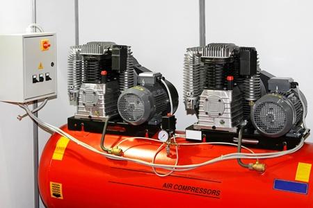 compresor: Motor de doble compresor de aire en el garaje de servicio