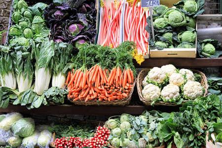 campesino: Puesto en el mercado con varaity de verduras de cultivo biol�gico