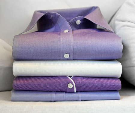 camisas: Formal camisa morada en pila de ropa