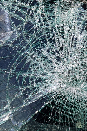 vidrio roto: Parabrisas roto cristales rotos en el accidente de tráfico