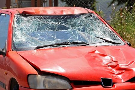 ferraille: Pare-brise cass� sur la voiture rouge dans un accident de la circulation
