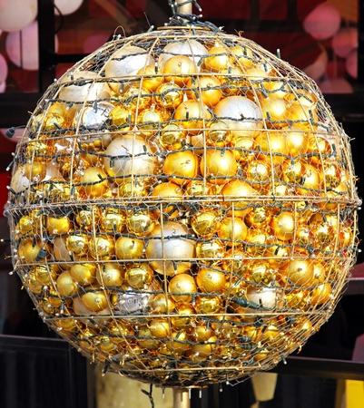 decora: Golden pendants in big ball Chistmas decor