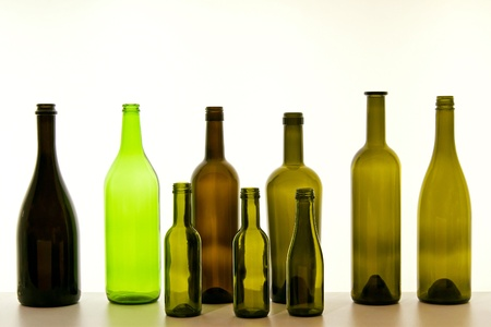 Botellas de vidrio para la selección de vino en la pantalla Foto de archivo