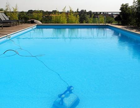 personal de limpieza: Autom�ticas bajo el agua m�s limpia del robot en la piscina Foto de archivo